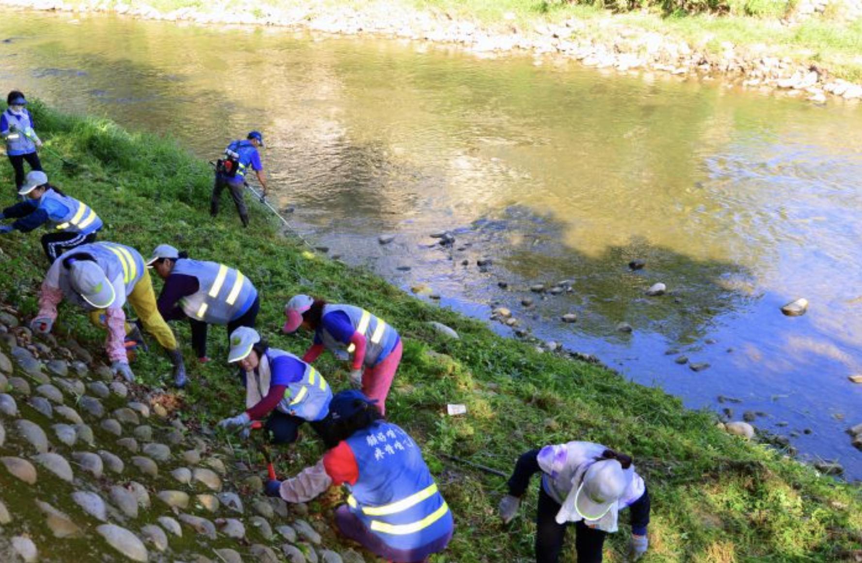 永福里水巡守隊清理河岸