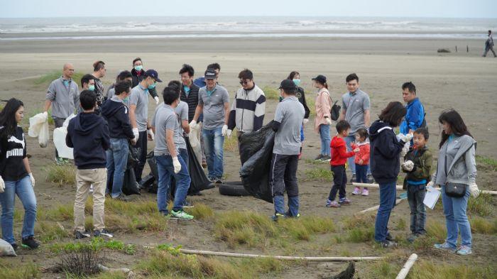 趁著秋涼來淨灘 200人把觀音小飯壢溪變乾淨