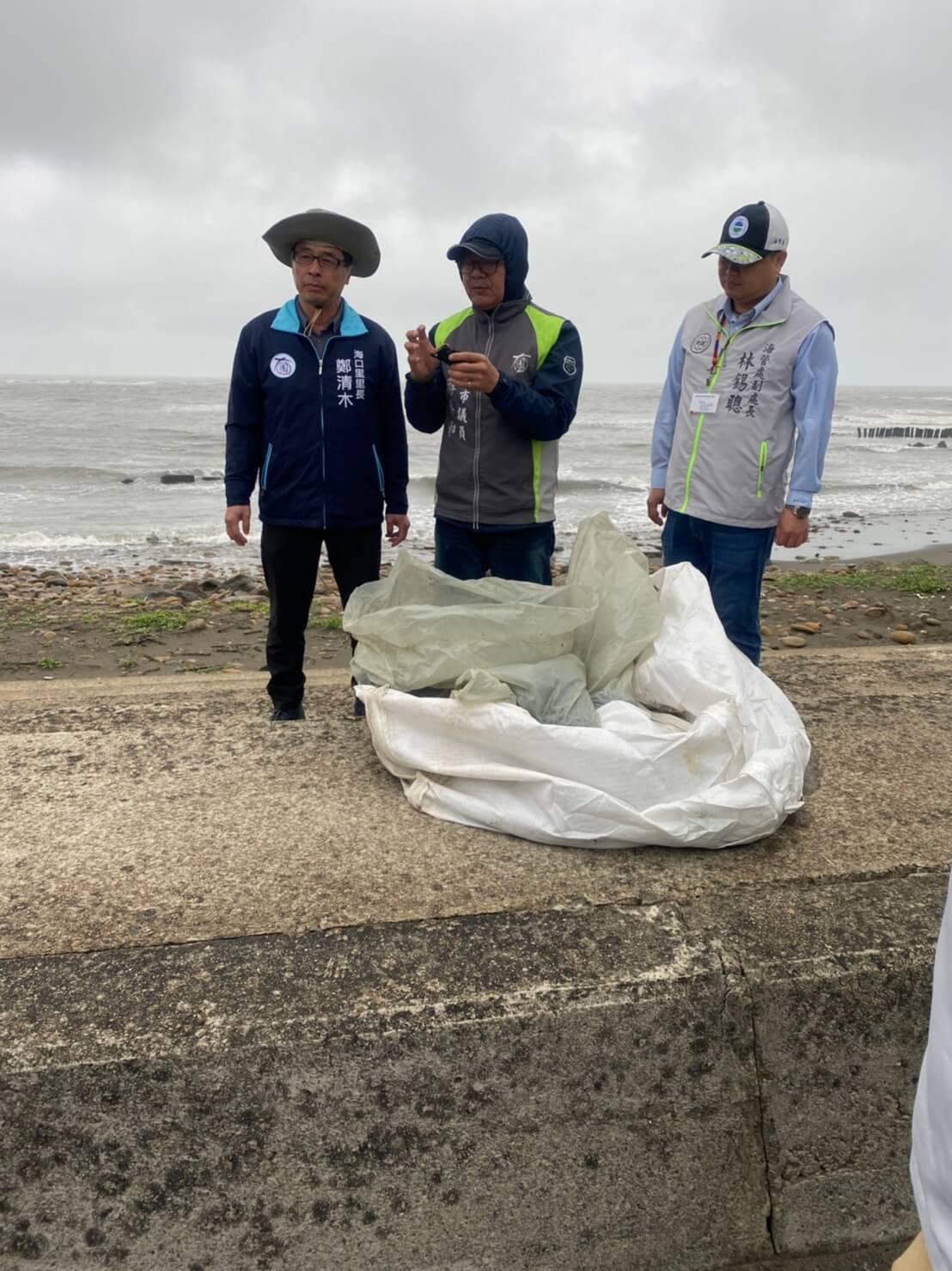109年3月30日與地方民意代表、環保局稽查科共同前往豬鼻子沙灘現勘油污事件。