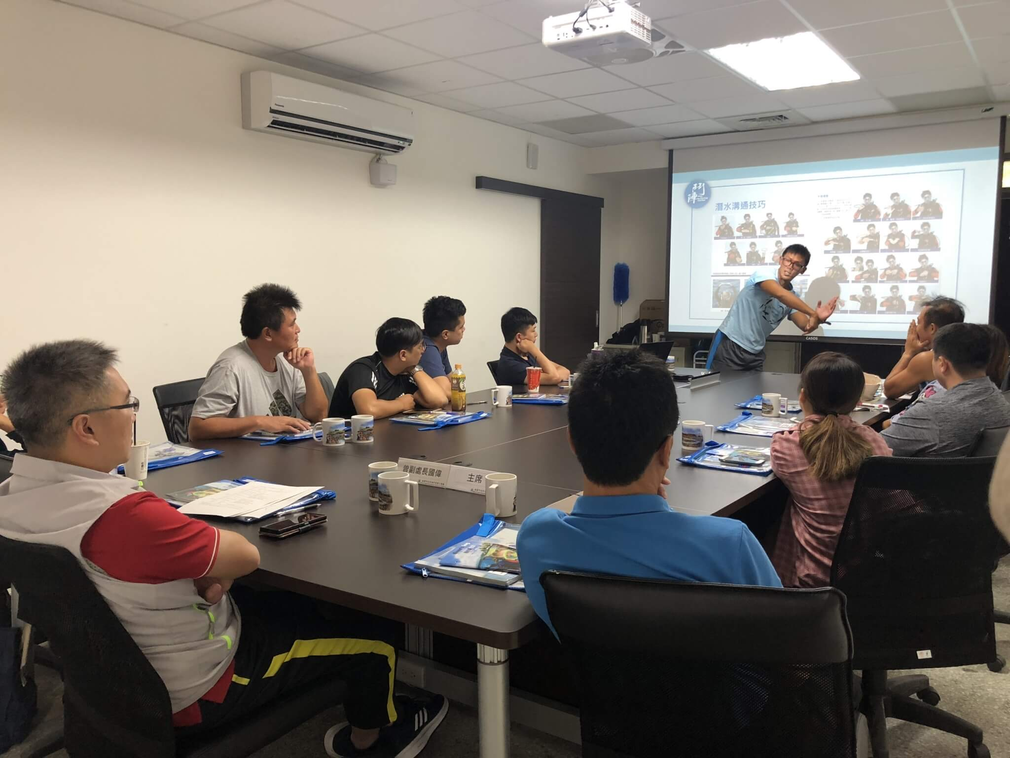 志工人員共同參加室內講習