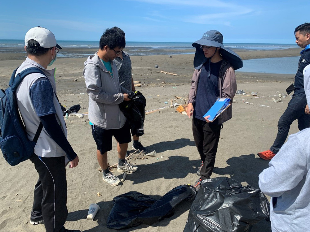 中央大學協助本處進行海岸垃圾蒐集分析,依據河口、海岸突堤等特性,調查海灘區域