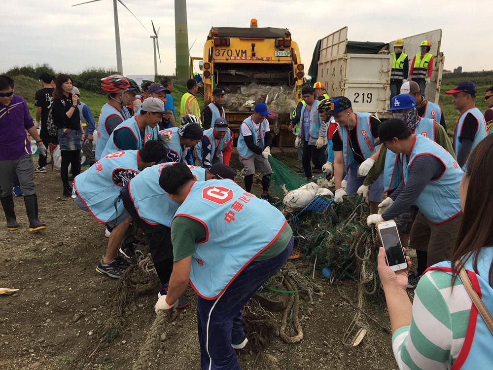 環保志工合力清除海岸廢棄物