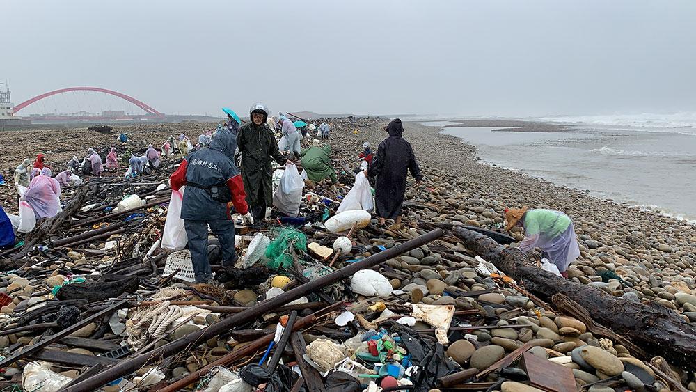 環保志工至海岸清理垃圾