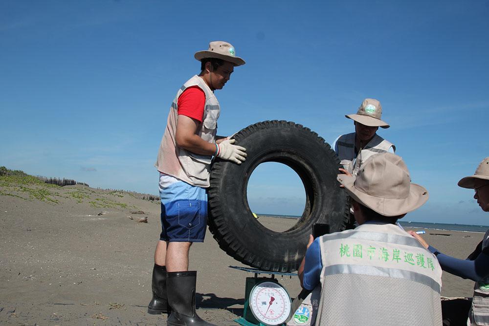 這個輪胎看似不大,事實上竟然高達60公斤