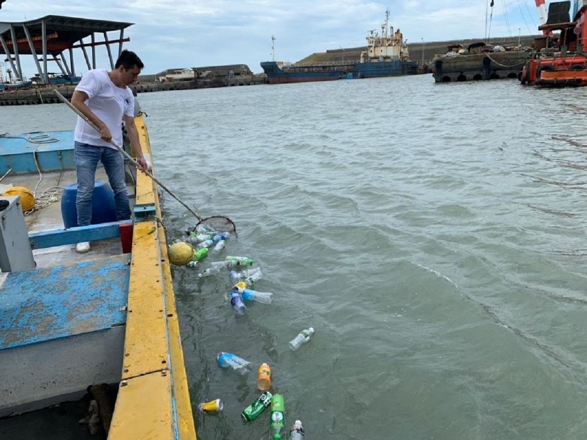 清除海面寶特瓶