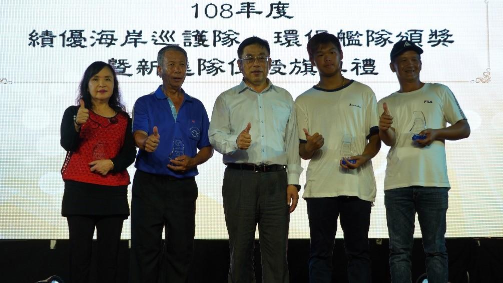 於海洋保育署舉辦的「第一屆國家海洋日」活動,共同接受海委會主委李仲威頒獎表揚