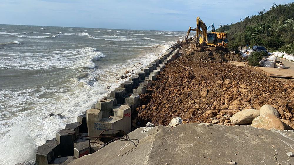 施工中修復海堤並放置消波塊二