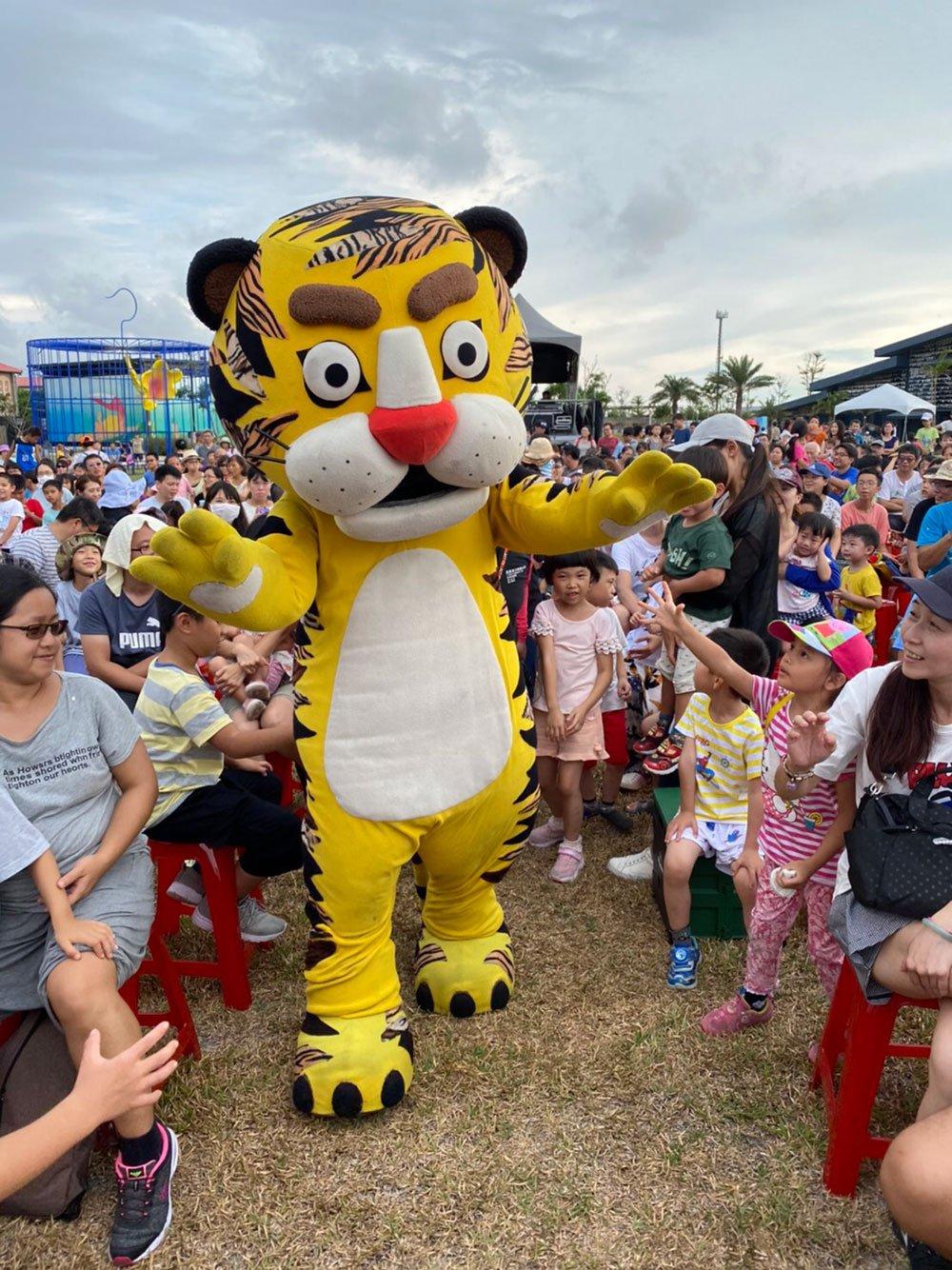 可愛老虎吸引觀眾並藉以宣導環境教育