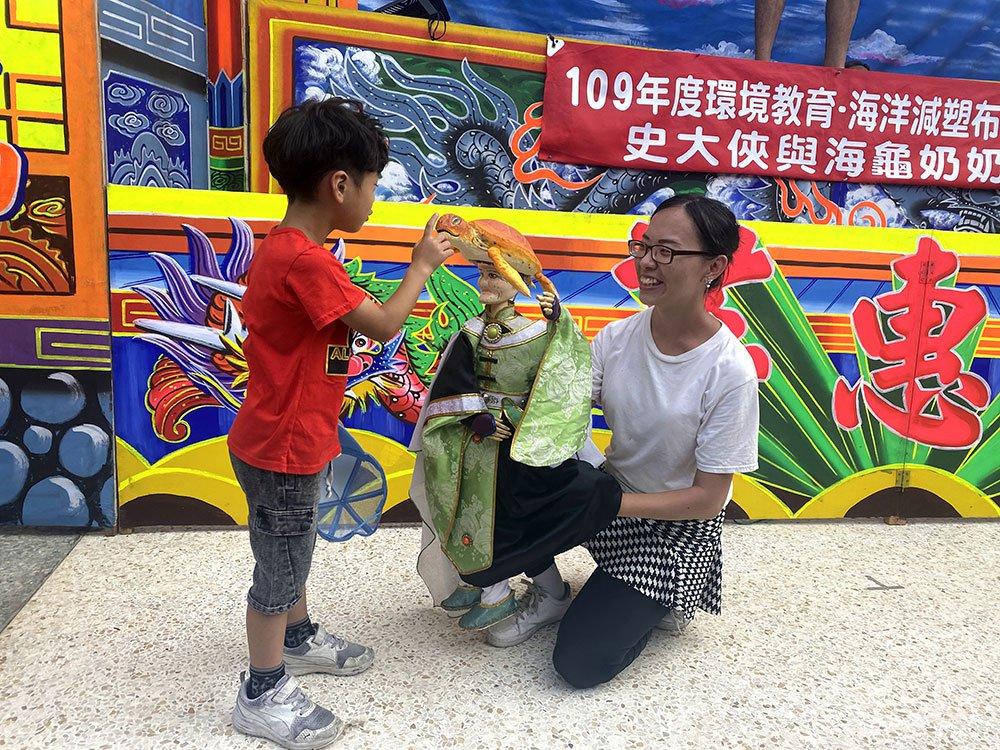 小朋友與海龜奶奶互動