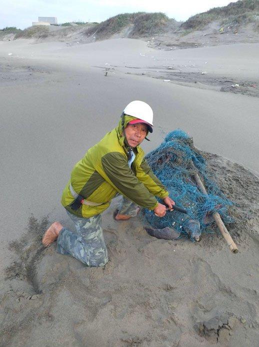 廢棄漁網成海洋生物殺手 巡護隊員搶救受困海龜: