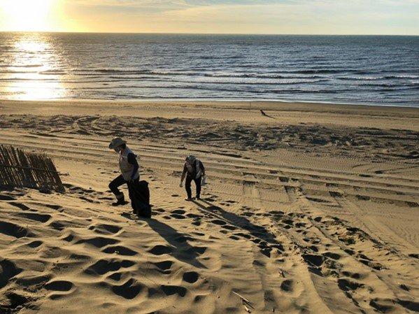 夕陽下清理海岸沙丘垃圾,我淨灘,我驕傲。