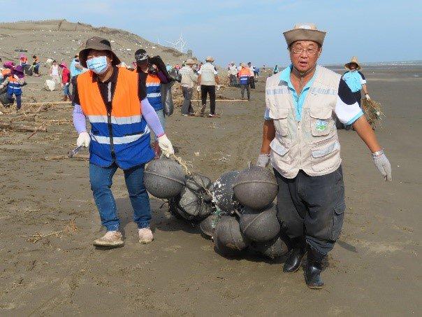 海岸浮球雖可浮在水面上,但事實上重量不輕,這串得2個人才搬得動。