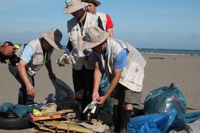海岸垃圾分類,將有價值的廢棄物回收再利用。