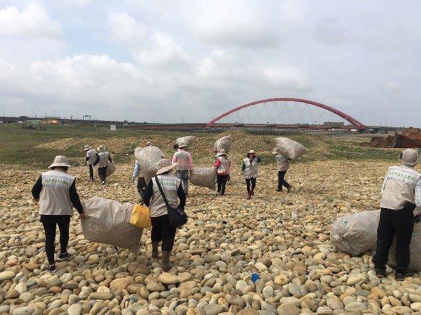 大家同心協力,齊力帶走淨灘垃圾。