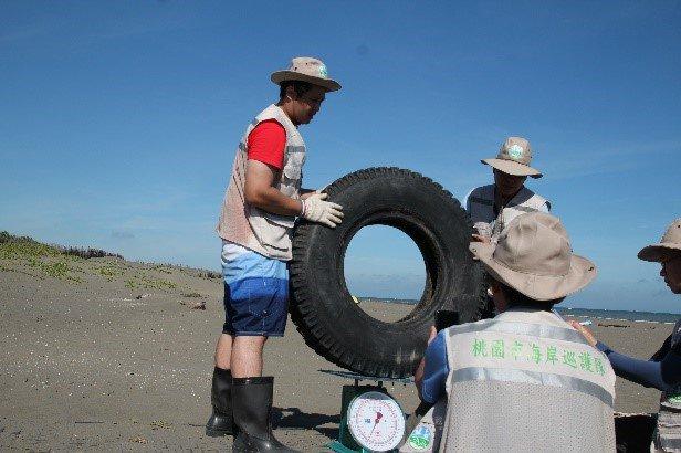 這個輪胎看似不大,事實上竟然高達60公斤。