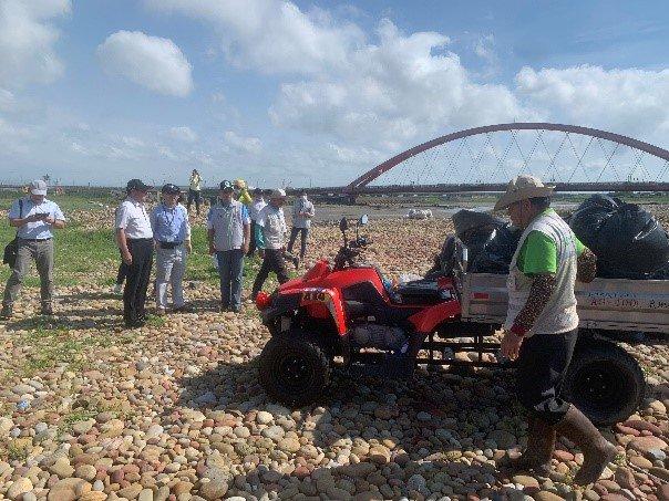 有了機具,更可有效率地協助海岸垃圾的清運。同心協力帶走淨灘垃圾。