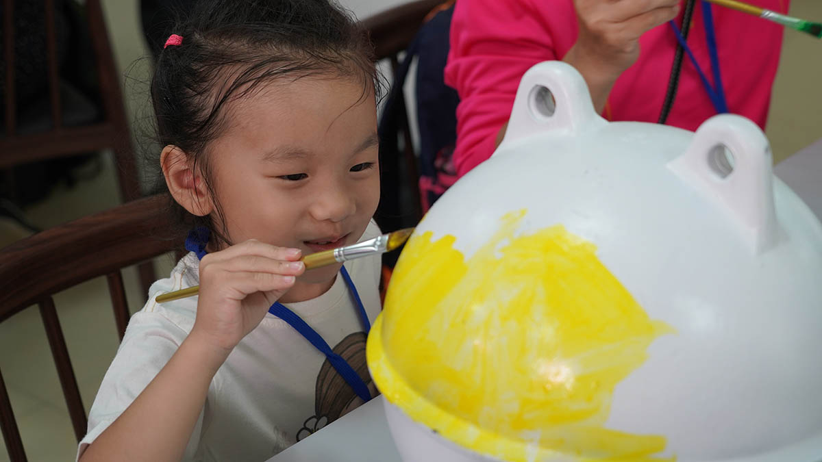 小朋友開心彩繪浮球,幫海洋廢棄物大變身